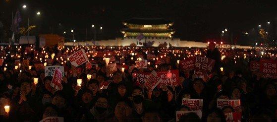 2016년 11월 서울 광화문에서 열린 박근혜 퇴진요구 촛불시위. 중앙포토
