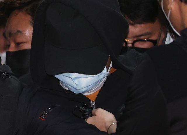 서울 노원구 한 아파트에서 세 모녀를 살해한 혐의를 받는 피의자 김태현(25)이 지난 2일 서울 노원경찰서에서 조사를 마친 뒤 도봉경찰서 유치장으로 이송되고 있다. 연합뉴스