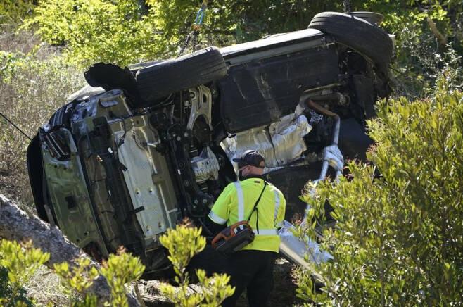 미 프로골프선수 타이거 우즈가 운전 중이던 차량이 전복 사고로 멈춰 서 있다. /사진제공=AP/뉴시스