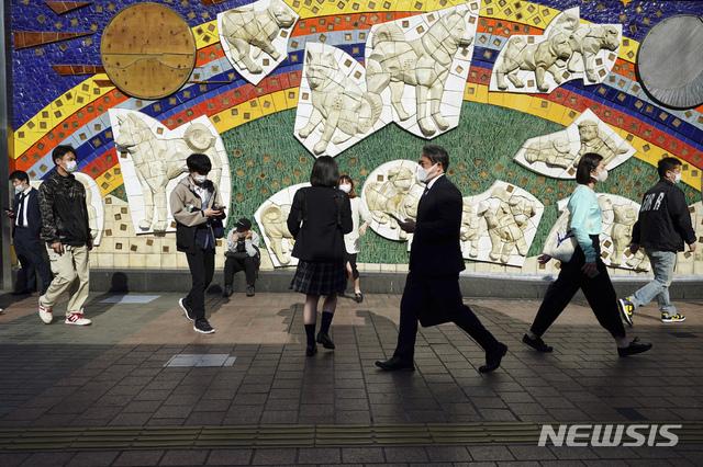 [도쿄=AP/뉴시스]7일 일본 도쿄에서 마스크를 쓴 시민들이 시부야 구역을 걷고 있다. 도쿄도는 이날 550명 이상의 코로나19 신규 확진자가 발생했다고 확인했다. 2021.04.07.