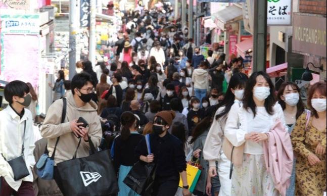 지난달 31일(현지시간) 도쿄에서 마스크를 쓴 시민들이 거리를 걷고 있다. 도쿄=AP연합뉴스
