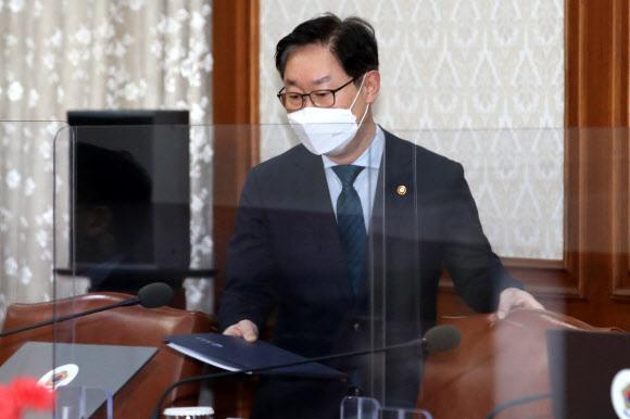 박범계 법무부 장관이 6일 오전 서울 종로구 정부서울청사에서 영상으로 열린 국무회의에 참석해 자리하고 있다.