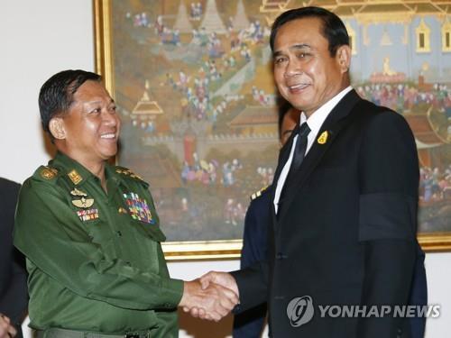 민 아웅 흘라잉(왼쪽) 미얀마군 최고사령관과 쁘라윳 짠오차 태국 총리.2017.8.30 [EPA=연합뉴스]
