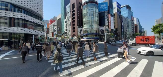 코로나19 다시 확산하는 일본…도쿄 도심 풍경 (도쿄=연합뉴스) 이세원 특파원 = 일본에서 신종 코로나바이러스 감염증(코로나19) 확산 속도가 다시 빨라지고 있는 가운데 7일 오전 일본 도쿄도(東京都) 주오구(中央區)의 상업지구인 긴자(銀座)에서 행인들이 횡단보도를 건너고 있다.