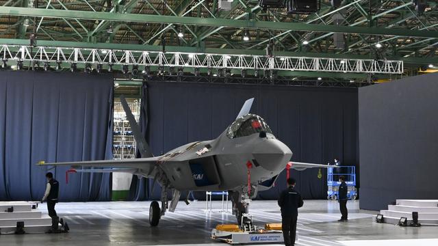 [서울=뉴시스]9일 한국항공우주산업 사천 공장에서 국산 전투기 보라매(KF-21) 시제 1호기 출고식이 열렸다. 이번에 출고되는 시제기는 지난 2015년부터 한국항공이 주관하고 국내 방산업체들과 협력하여 개발 중인 국산 전투기이다. 최신 AESA(Active Electrically Scanned Array, 능동 전자 주사 레이다) 레이다와 통합 전자전 체계 등의 개발 난도가 높은 주요 항전장비를 국산화하여 갖출 예정이며, 지속적으로 국산화가 가능한 부품을 추가로 발굴하여 확대해 나갈 계획이다. (사진=방위사업청 제공) 2021.04.09. photo@newsis.com *재판매 및 DB 금지