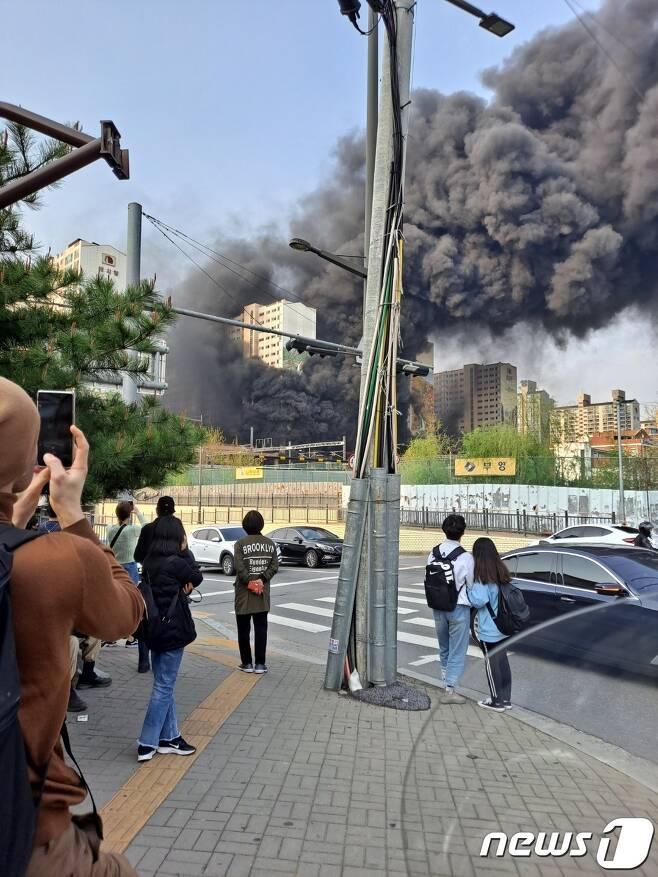 10일 오후 4시35분께 경기 남양주시 도농동의 주상복합건물에서 불이 났다. (사진제공=남양주시민) © 뉴스1