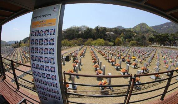 대통령 소속 군사망사고진상규명위원회가에 천안함 재조사 결정 번복이 논란이 되고 있는 가운데 6일 대전국립현충원 천안함 46용사 묘역 앞에 46용사들의 사진이 보이고 있다. 사진=뉴스1.