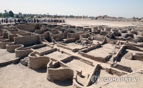 이집트 발굴팀이 남부 룩소르 서안에서 발굴한 3천400년 전 도시 유적지 전경 [epa=연합뉴스]