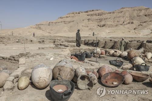 이집트 룩소르 도시 유적지에서 출토된 유물들 [AP=연합뉴스]