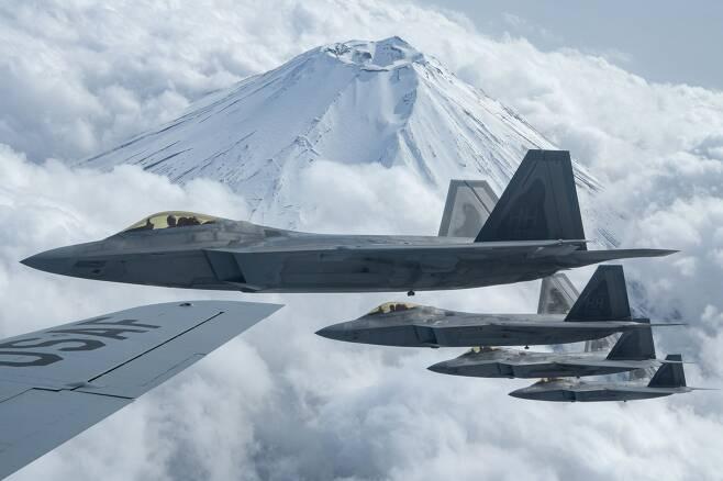주일미군기지에 순환배치된 미 공군 F-22 '랩터' 스텔스기 편대가 2021년4월 후지산 상공을 비행하고 있다. /주일 미공군