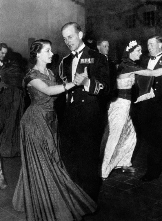 1950년 당시 공주였던 엘리자베스2세 여왕과 당시 해군 중위였던 필립공이 왕립 해군 행사에서 춤을 추고 있다. [AFP=연합뉴스]