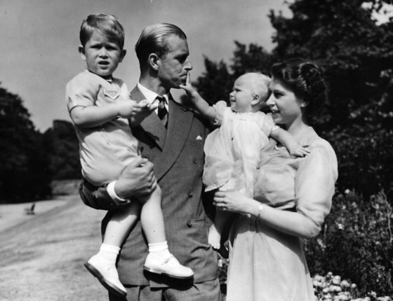 1951년 당시 공주였던 엘리자베스2세 여왕과 필립공이 런던의 자택에서 찰스 왕세자와 앤 공주를 안고 있는 모습.[AP통신=연합뉴스]