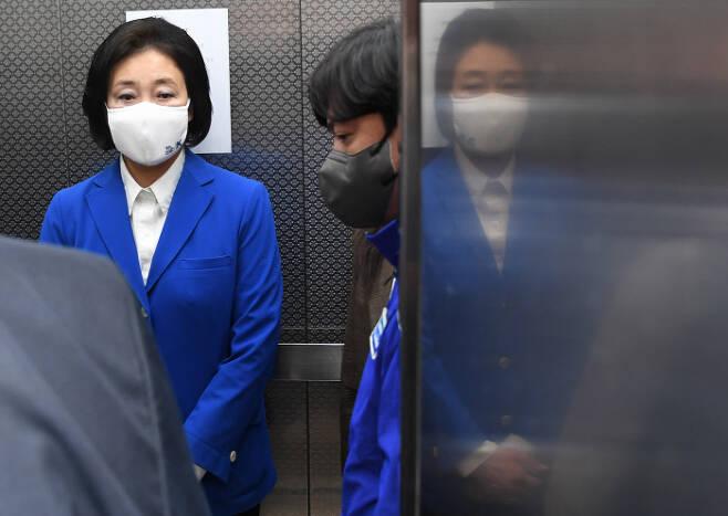 박영선 전 서울시장 후보가 지난 7일 오후 서울 종로구 안국동 캠프 사무실을 찾은 뒤 이동하고 있다. 국회사진기자단