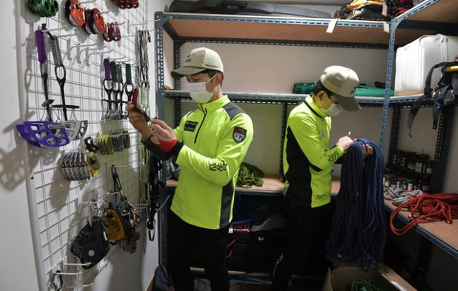 공용장비보관실에서 로프 등 암벽등반 장비를 점검하는 대원들. 생명과 직결된 장비들이라 항상 최상의 상태로 유지·관리하고 있다.