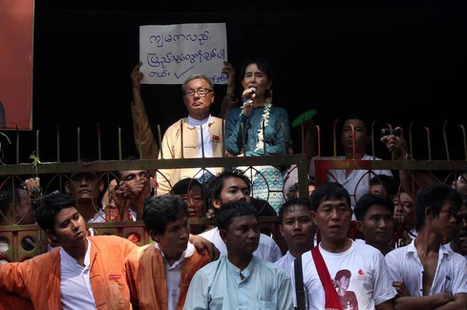 2010년 가택연금에서 풀려나기 전 수치 고문이 지지자들에게 연설하는 모습. 세계일보 자료사진