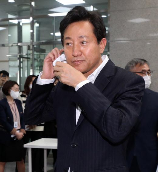 오세훈 서울시장이 12일 오전 서울 동대문구 120다산콜재단을 방문해 마스크를 고쳐쓰고 있다. (사진=뉴스1)
