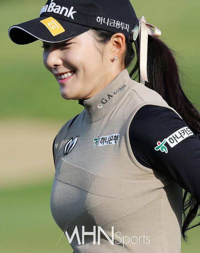정지유 '매혹 넘치는 미소'. 데뷔전부터 '아이돌' 외모로 주목받은 정지유가 2라운드 10번 홀을 출발하고 있다.ⓒMHN스포츠 손석규 기자