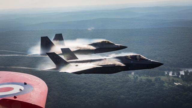 2019년 8월 22일 영국 공군 곡예비행팀 '레드 애로'와 미공군 F-35, F-22 전투기가 뉴욕 상공을 비행하는 모습. 로이터 연합뉴스
