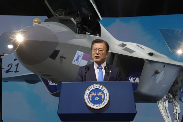문재인 대통령이 9일 경남 사천시 한국항공우주산업(KAI)에서 열린 한국형전투기 보라매(KF-21) 시제기 출고식에서 기념연설을 하고 있다. 연합뉴스