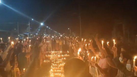 지난 9일(현지시간) 미얀마 카친주 시민들이 촛불 시위를 벌이고 있다. [카친웨이브]