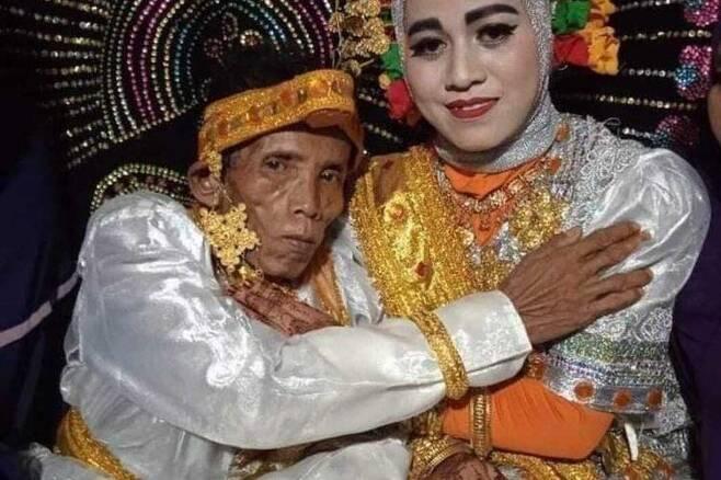 """58세 인도네시아 남성과 결혼한 19세 소녀 """"삶 끝날 때까지 돌볼 것"""" [일간 콤파스·재판매 및 DB 금지]"""