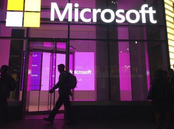 MS가 12일(현지시간) 음성인식·AI 업체 뉘앙스를 160억달러에 인수하기로 합의했다. 2016년 11월 10일 미국 뉴욕의 MS 건물. AP뉴시스
