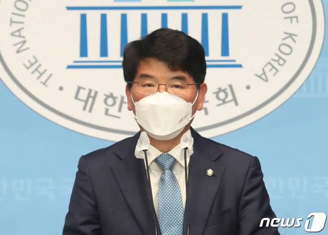 (서울=뉴스1) 신웅수 기자 = 박완주 더불어민주당 의원이 12일 오전 서울 여의도 국회 소통관에서 원내대표 출마 선언 기자회견을 하고 있다.  원내대표 선거 출마가 예상됐던 안규백 의원이 돌연 불출마 선언을 하면서 이번 선거는 박 의원과 윤호중 의원의 맞대결로 치러지게 됐다. 2021.4.12/뉴스1
