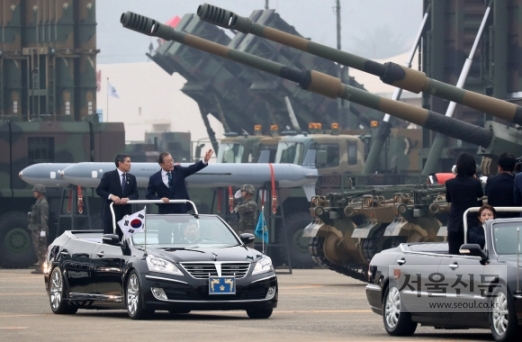 문재인 대통령이 1일 대구 공군기지에서 열린 제71주년 국군의날 기념식에서 육해공군 전력 지상사열을 하고 있다. 2019. 10.01. 도준석 기자pado@seoul.co.kr