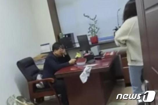 대걸레로 구타를 당한 직장 상사가 꼼짝 못하고 있다 - SCMP 갈무리