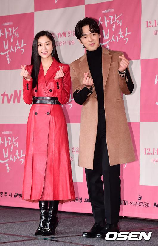 [OSEN=지형준 기자]배우 서지혜, 김정현이 포토타임을 하고 있다. /jpnews@osen.co.kr