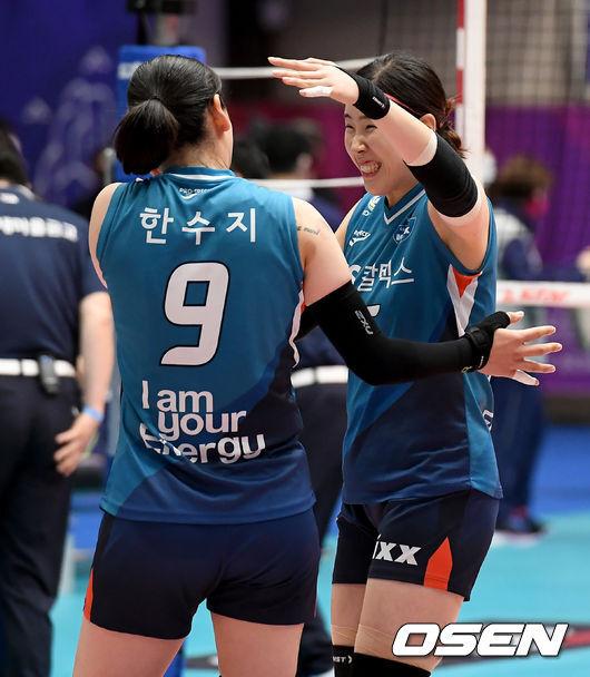 [OSEN=제천, 김성락 기자]  우승이 확정된 순간 GS칼텍스 한수지와 김유리가 기쁨을 나누고 있다/ksl0919@osen.co.kr