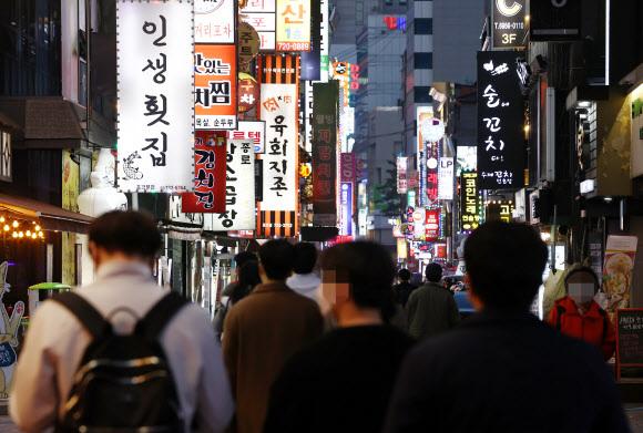 코로나19 확진자 급증…거리두기 격상-밤 9시 영업제한 재부상 - 국내 신종 코로나바이러스 감염증(코로나19) 신규 확진자가 급증하면서 거리두기 단계 상향 등 정부의 방역대응 수위가 주목되고 있는 14일 오후 시민들이 서울 종로구 종각젊음의거리를 걷고 있다. 2021.4.14 연합뉴스
