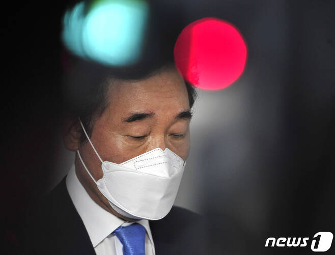 코로나19 자가격리에서 해제된 이낙연 더불어민주당 전 대표가 15일 오후 서울 종로구 자택을 나서며 향후 행보에 대한 취재진 질문에 답하고 있다. 2021.4.15/뉴스1 © News1 국회사진취재단