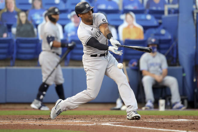 뉴욕 양키스 애런 힉스가 2회초 류현진의 79마일 체인지업에 헛스윙 삼진을 당하고 있다. AP연합뉴스