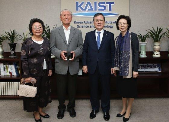 지난 2017년 KAIST에 51억원을 기부한 손창근 미술품 애호가에게 신성철 당시 KAIST 총장이 감사패를 증정했다. [사진 KAIST]