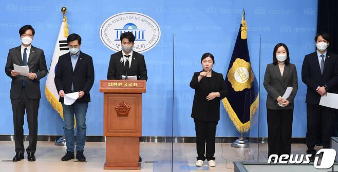 오영환 의원을 비롯한 더불어민주당 2030 의원들이 9일 오전 서울 여의도 국회 소통관에서 '더불어민주당 2030의원 입장문' 발표를 하고 있다. /사진=뉴스1