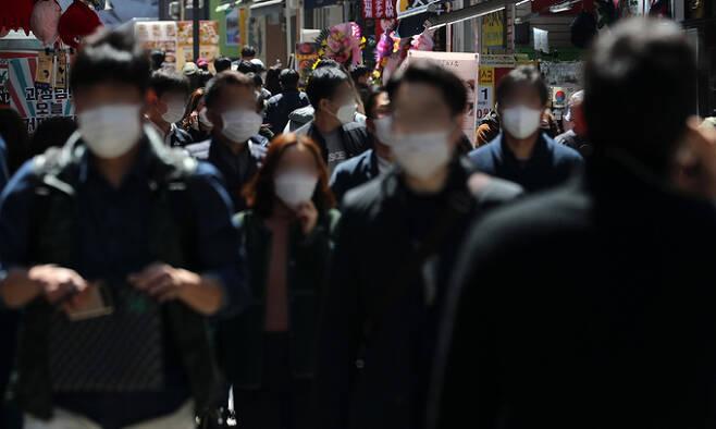 14일 서울 중구 명동 식당거리에서 직장인들이 점심식사를 위해 발걸음을 옮기고 있다. 뉴스1