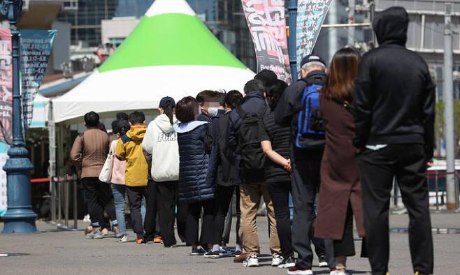 14일 서울역광장에 마련된 임시선별진료소에서 시민들이 검사를 받기 위해 줄을 서고 있다. 연합뉴스
