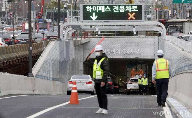 신월IC에서 여의도 구간을 연결하는 신월여의지하도로가 개통된 16일 서울 양천구 신월여의지하도로 진입구에서 대형화물차량이 진입하다 끼여 2차선 도로가 통제되고 있다. /사진제공=뉴시스