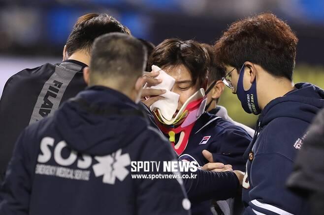 ▲ 두산 베어스 박세혁이 오른쪽 광대뼈 타박상으로 병원으로 이송됐다. ⓒ 잠실, 곽혜미 기자