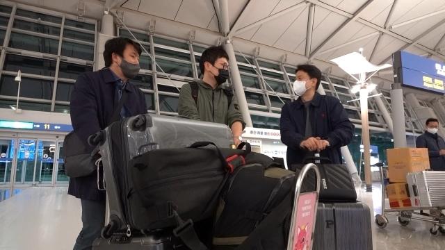JTBC 취재진이 인천 공항에서 출국 절차를 밟고 있다