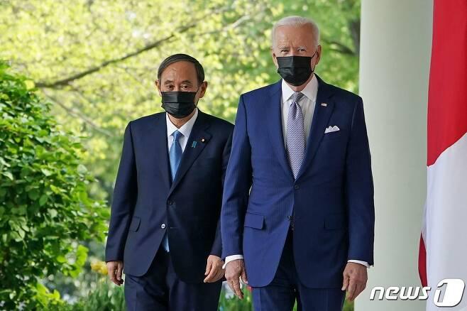 조 바이든 미국 대통령이 2021년 4월16일(현지시간) 워싱턴 백악관에서 스가 요시히데 일본 총리와 취임 후 첫 대면 정상회담을 한 뒤 공동 기자회견을 하러 가고 있다. © AFP=뉴스1 © News1 우동명 기자
