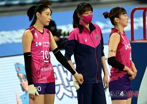 김세영(가운데)의 깁스한 손을 꼭 잡고 있는 김연경(왼쪽). 스포츠코리아 제공