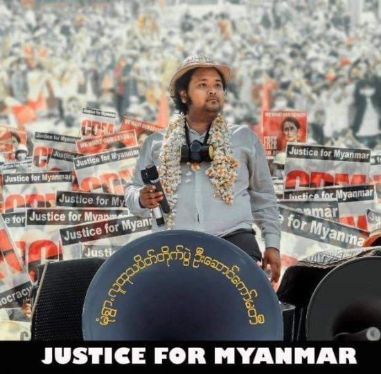 '몽유와의 판다'라 불리는 웨이 모 나잉이 미얀마 군부의 폭력적인 단속에 맞서 시위에 참여하고 있는 모습. [사진=이라와디 홈페이지]