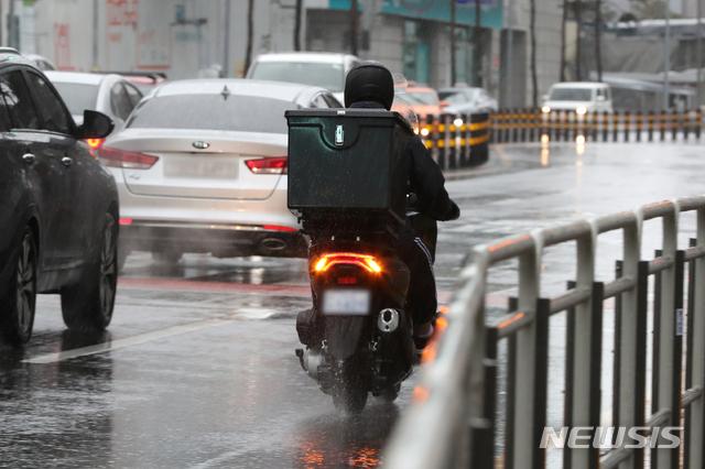[서울=뉴시스]이윤청 기자 = 지난달 1일 서울 도심에서 라이더들이 비가 내리는 가운데 배달을 하고 있다. 2021.03.01. radiohead@newsis.com