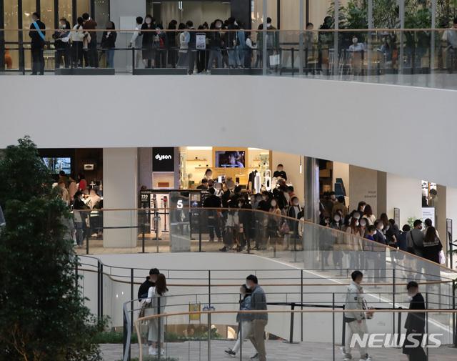 [서울=뉴시스]조수정 기자 =  정기세일에 들어간 서울시내 한 백화점에서 내방객들이 쇼핑을 하고 있다. 2021.04.04. chocrystal@newsis.com
