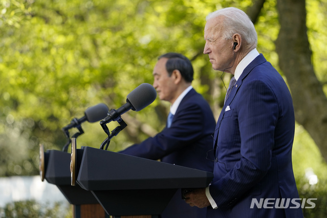 [워싱턴=AP/뉴시스]조 바이든(오른쪽) 미국 대통령과 스가 요시히데 일본 총리가 16일(현지시간) 백악관 집무실에서 정상 회담을 마치고 로즈가든으로 장소를 옮겨 공동 기자회견을 하고 있다. 2021.04.17.