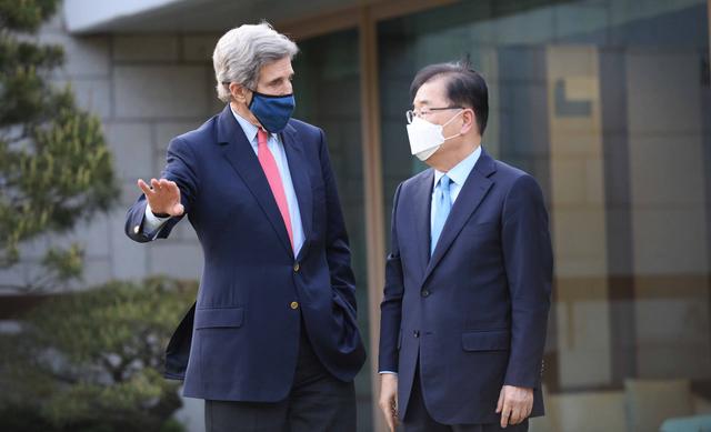 [서울=뉴시스]김명원 기자 = 정의용 외교부 장관이 17일 오후 서울 한남동 외교장관 공관에서 방한 중인 존 케리(John F. Kerry) 미국 대통령 기후특사를 초청해 만찬을 가졌다. (사진=외교부 제공) 2021.04.17. photo@newsis.com *재판매 및 DB 금지