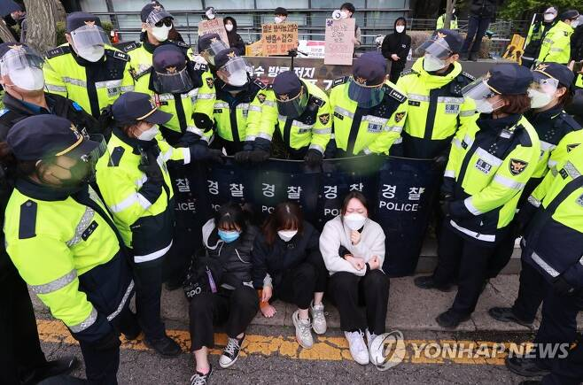 경찰, 후쿠시마 오염수 방류 규탄 회견 합류 대학생 저지