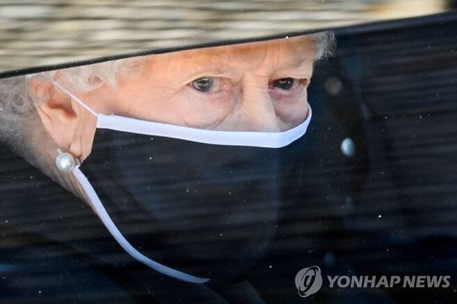 필립공 장례식 참석한 엘리자베스 2세 여왕 [로이터=연합뉴스]